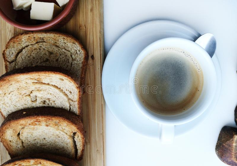 Очень вкусный завтрак: кофе, гренки, взбитые яйца в лотке Еда страны стоковая фотография