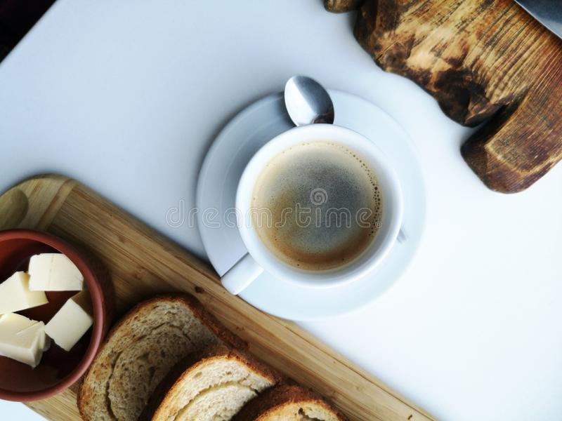 Очень вкусный завтрак: кофе, гренки, взбитые яйца в лотке Еда страны стоковые изображения
