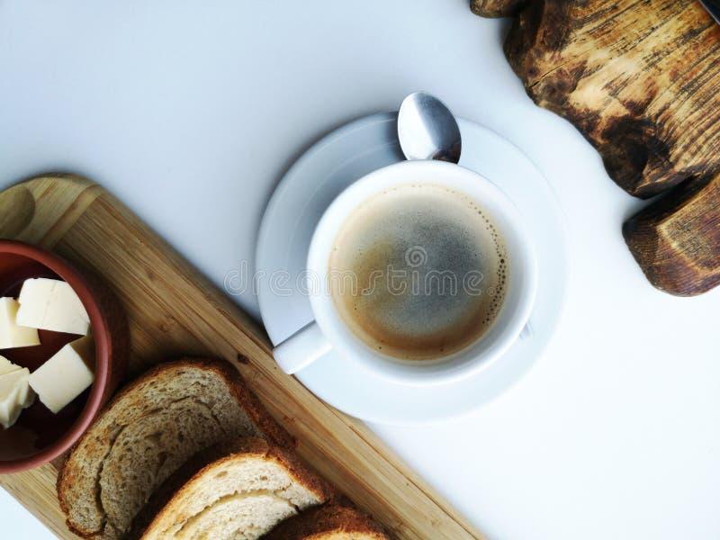Очень вкусный завтрак: кофе, гренки, взбитые яйца в лотке Еда страны стоковое фото rf