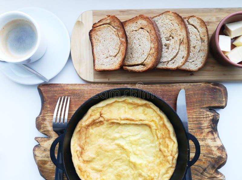 Очень вкусный завтрак: кофе, гренки, взбитые яйца в лотке Еда страны стоковые фотографии rf