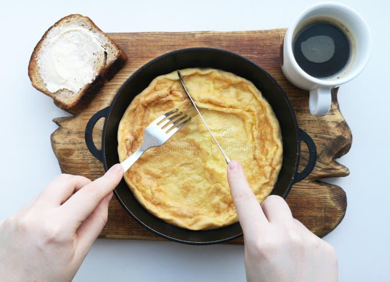 Очень вкусный завтрак: кофе, гренки, взбитые яйца в лотке Еда страны стоковые изображения rf