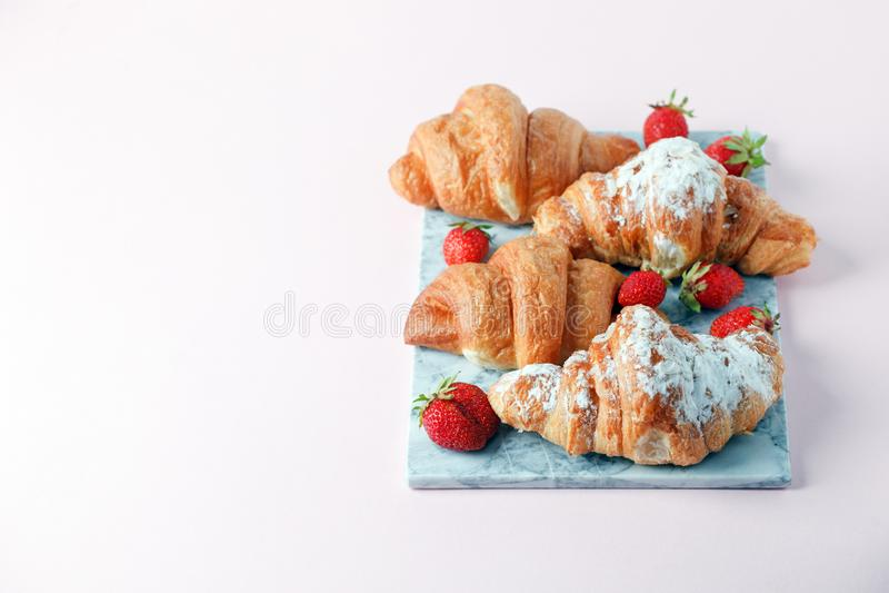 Очень вкусный завтрак со свежими круассанами и зрелыми ягодами на мраморной плите, выборочном фокусе стоковое фото