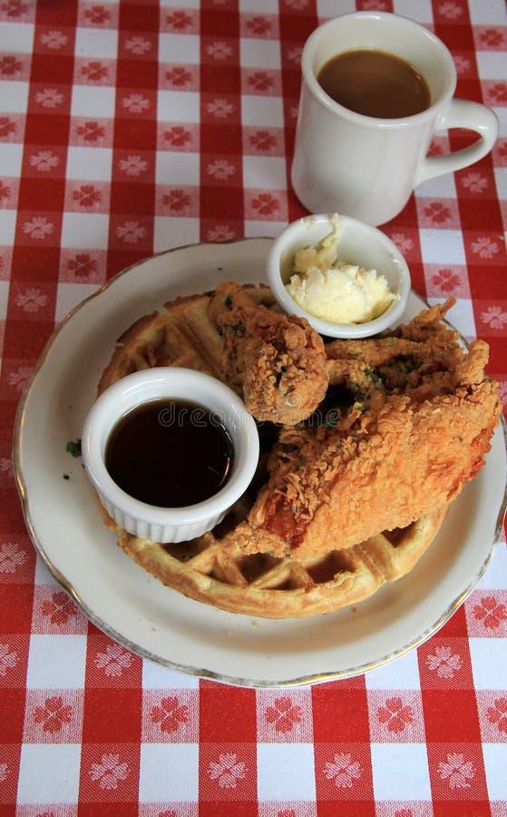 Очень вкусный завтрак Южн-стиля жареной курицы и waffles стоковые фотографии rf