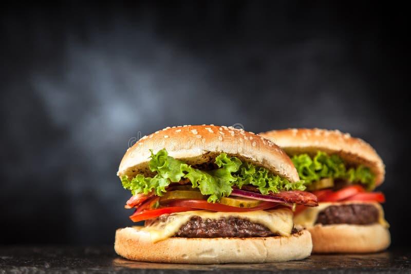 Очень вкусный зажаренный бургер стоковое фото