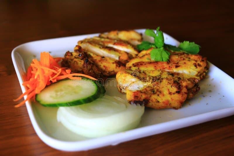 Очень вкусный зажаренный цыпленок служил с луком, огурцом и морковами в белой плите Вкусный зажаренный цыпленок стоковые изображения