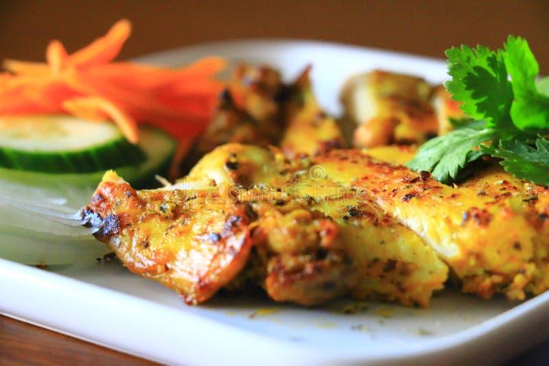 Очень вкусный зажаренный цыпленок служил с луком, огурцом и морковами в белой плите Вкусный зажаренный цыпленок стоковая фотография rf
