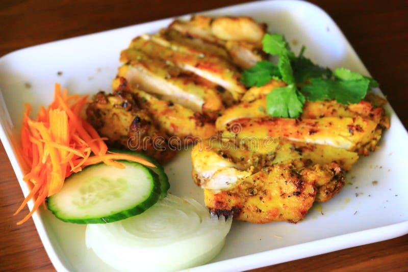 Очень вкусный зажаренный цыпленок служил с луком, огурцом и морковами в белой плите Вкусный зажаренный цыпленок стоковое фото rf