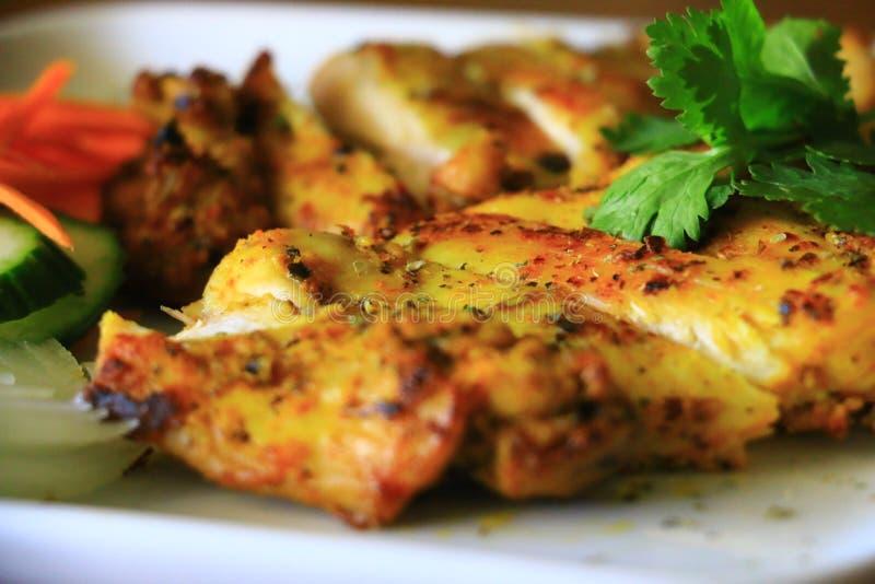 Очень вкусный зажаренный цыпленок служил с луком, огурцом и морковами в белой плите Вкусный зажаренный цыпленок стоковые фотографии rf