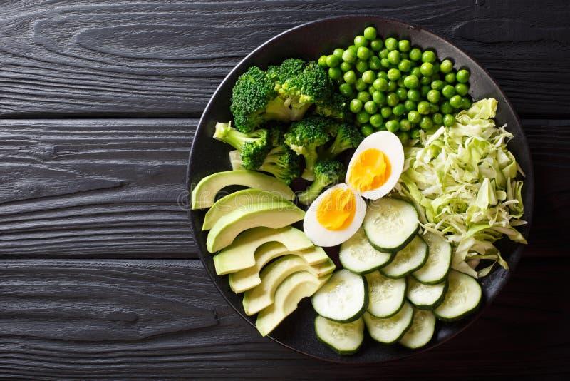 Очень вкусный зеленый салат свежего авокадоа, горохов, капусты, огурец, стоковое изображение