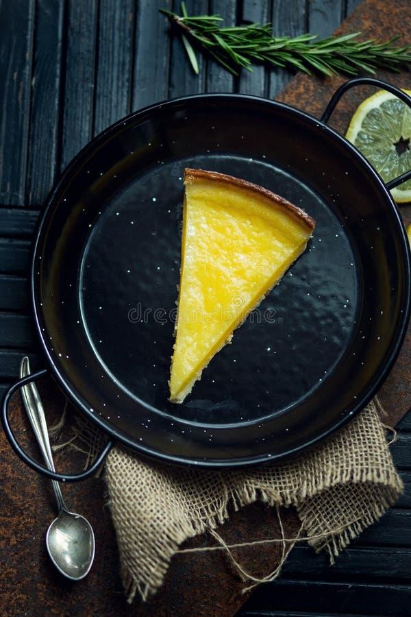 Очень вкусный лимон, пирог известки кисло Атмосфера ресторана или кафа Винтаж стоковые фото