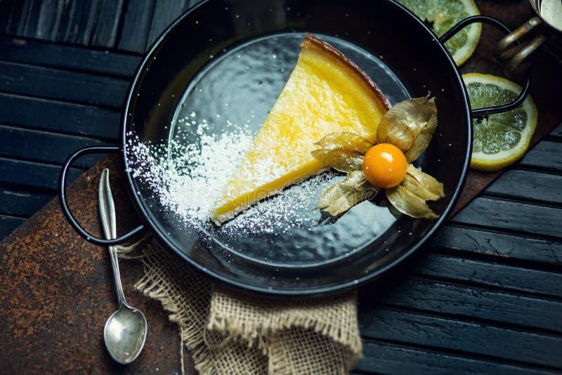 Очень вкусный лимон, пирог известки кисло Атмосфера ресторана или кафа Винтаж стоковое изображение rf