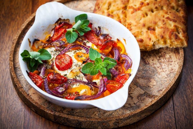 Очень вкусный испеченный сыр фета на овощах стоковое изображение