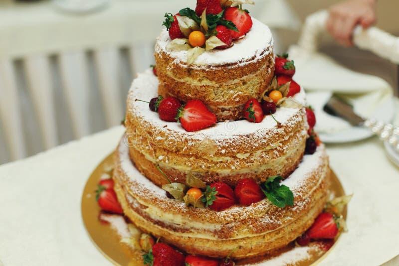 Очень вкусный и вкусный свадебный пирог с клубниками кокоса и c стоковое изображение rf