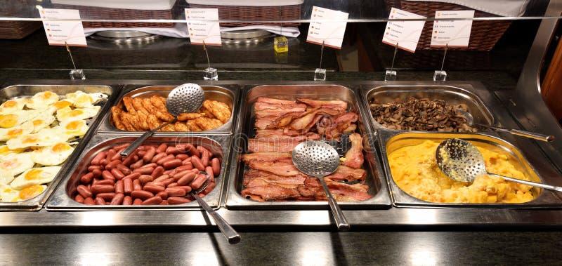 Очень вкусный и обильный завтрак шведский стол стоковые фото
