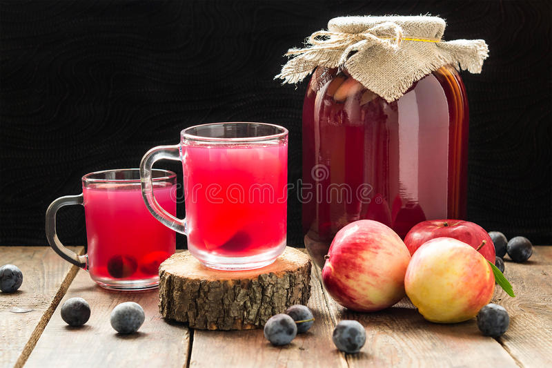 Очень вкусный компот законсервированного плодоовощ яблок и терновника стоковое фото