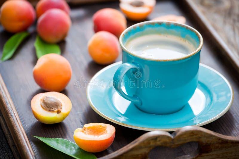Очень вкусный кофе с пеной и сливами стоковые изображения rf