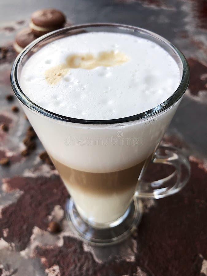Очень вкусный кофе latte с взглядом печений шоколада стоковое изображение rf