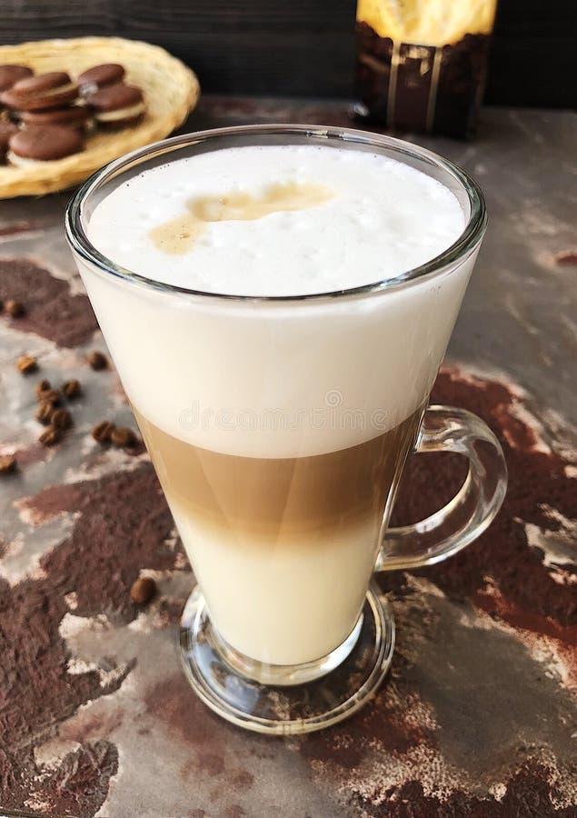 Очень вкусный кофе latte с взглядом печений шоколада стоковая фотография rf