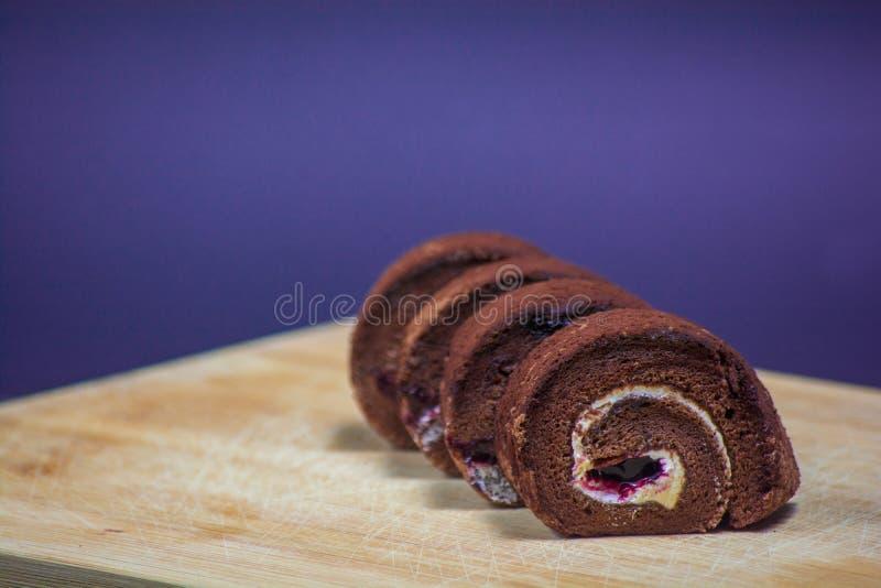 Очень вкусный крен шоколада в плите на предпосылке деревянной доски стоковые фотографии rf