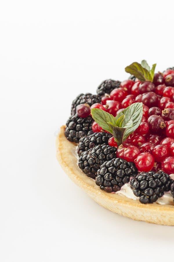 Очень вкусный мини пирог с свежими красными смородинами, ежевиками, полениками, клубниками и сливк стоковая фотография