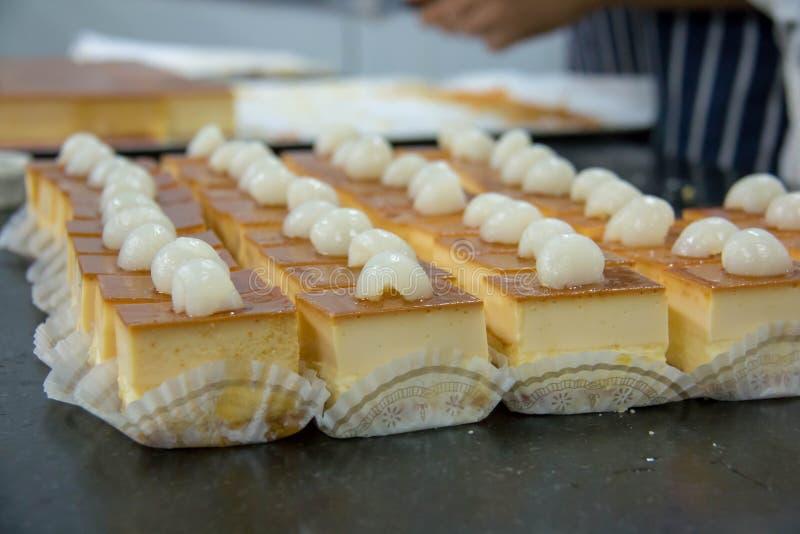 Очень вкусный мини чизкейк карамельки с плодом стоковое фото