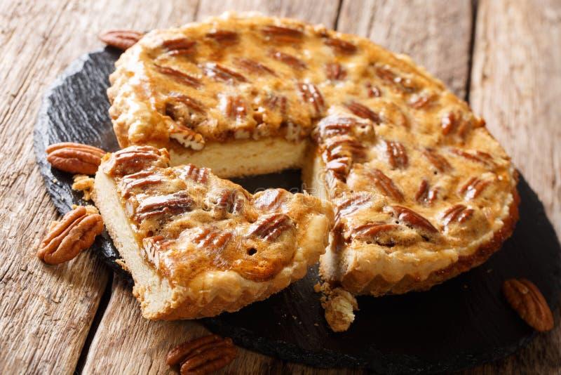Очень вкусный отрезанный американский конец-вверх пирога с орехами на таблице горизонтальный, деревенский стоковые изображения rf