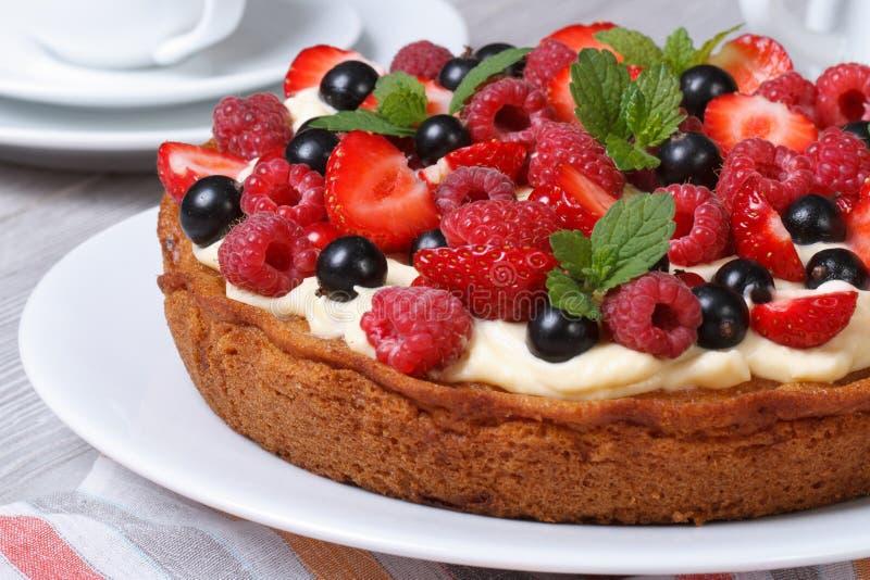 Download Очень вкусный пирог ягоды с клубниками, полениками, мятой Стоковое Фото - изображение насчитывающей горизонтально, вкусно: 41654214