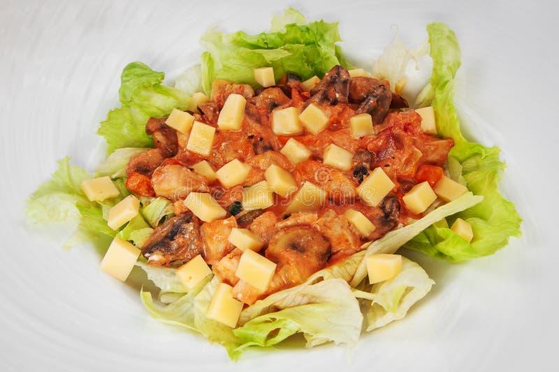 Очень вкусный рис со свежими изолированными кусками овощей и подливки, стоковое фото