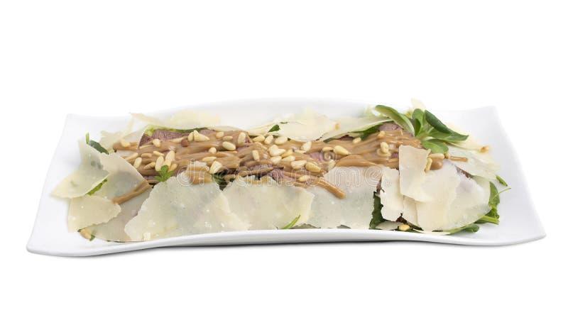 Очень вкусный салат ростбифа на белой плите стоковая фотография rf
