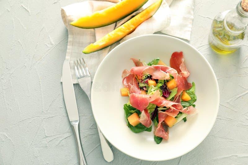 Очень вкусный салат с дыней и ветчина на плите стоковое изображение rf