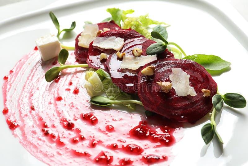 Очень вкусный салат с свеклой на плите стоковые изображения