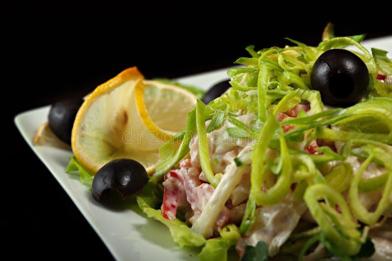 Очень вкусный салат гарнировал лук-порей, лимон и оливки стоковая фотография