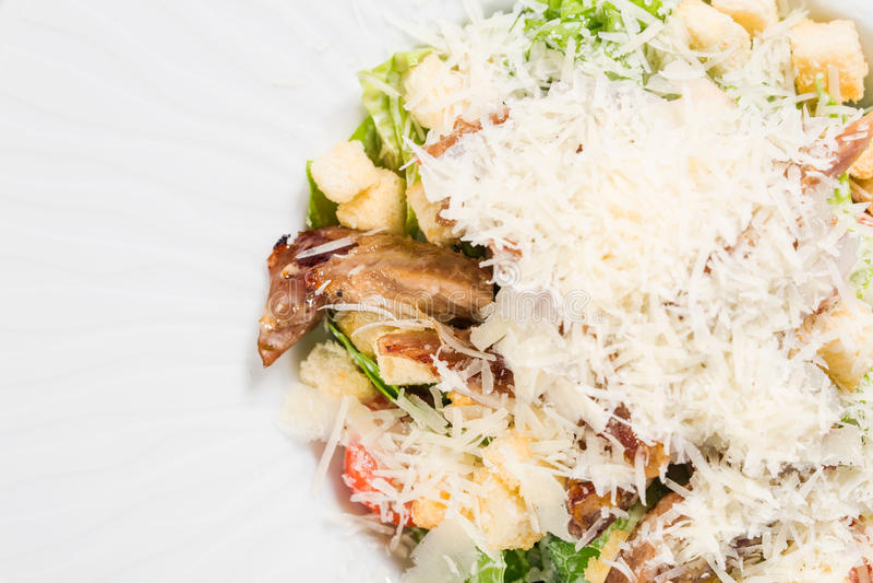 Очень вкусный салат цезаря с утиной ножкой стоковое изображение rf