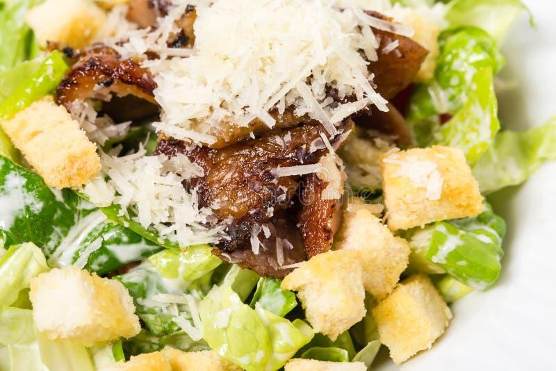 Очень вкусный салат цезаря с утиной ножкой стоковое фото rf