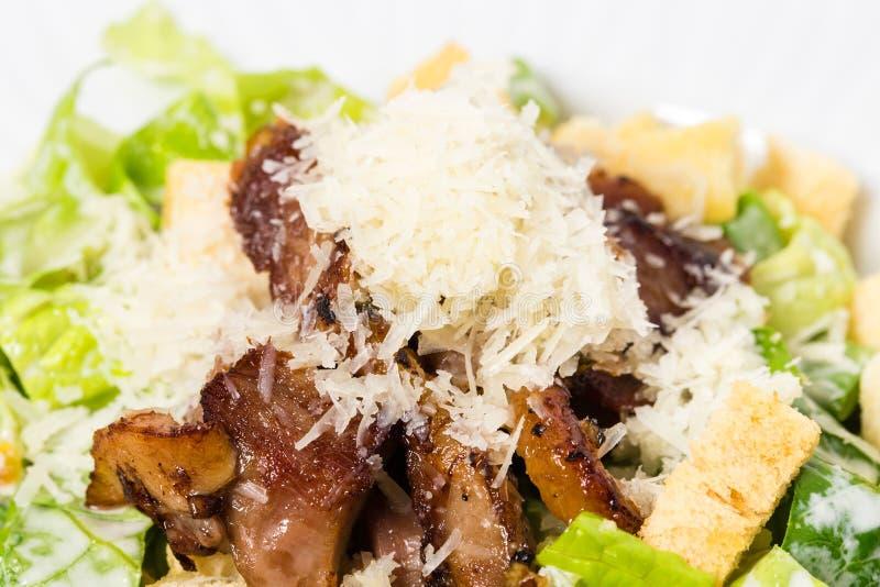 Очень вкусный салат цезаря с утиной ножкой стоковые изображения rf