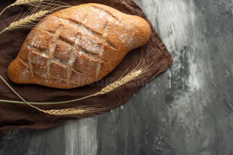 Очень вкусный свеже испеченный хлеб на деревенской предпосылке стоковые изображения