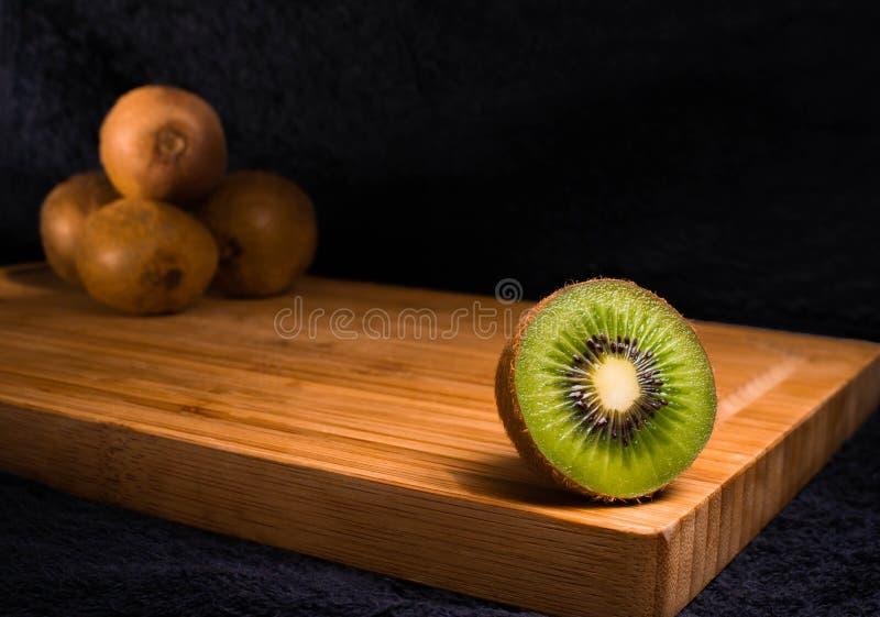 Очень вкусный свежий плодоовощ кивиа на витамине прерывая доски стоковая фотография