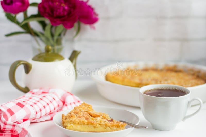 Очень вкусный свежий чизкейк и блюда завтрака на таблице стоковое изображение