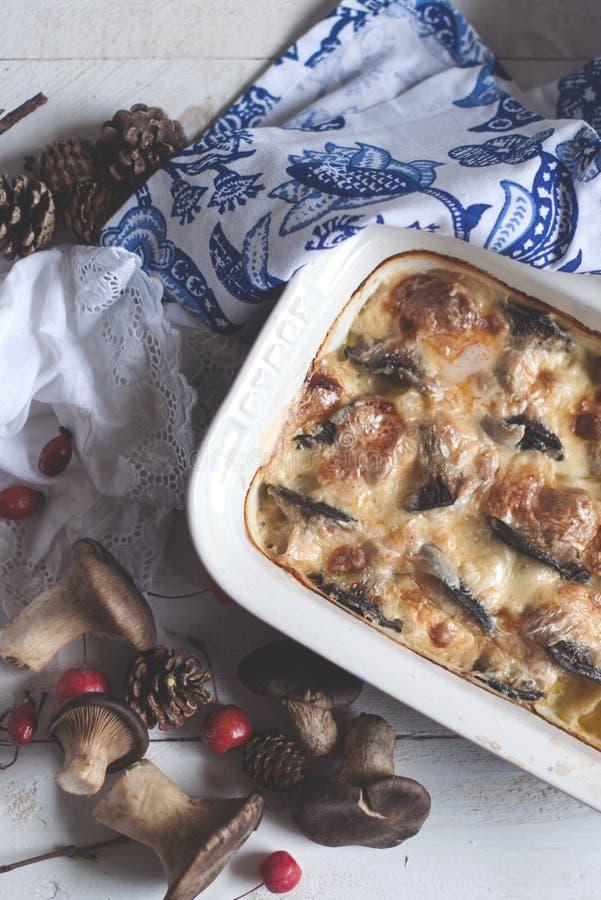 Очень вкусный сотейник с грибами и сыром, домодельным обедающим Взгляд сверху стоковая фотография rf