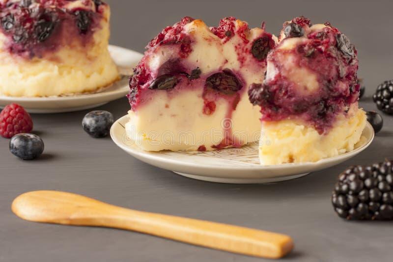 Очень вкусный сотейник с ягодами, пудинг творога творога с ягодами Аппетитный свежий сотейник творога стоковые фото