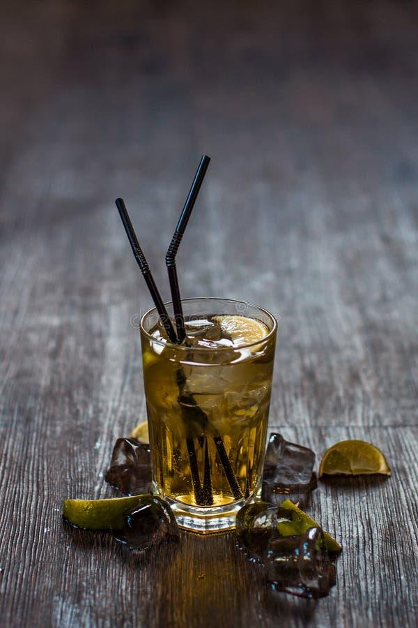 Очень вкусный спиртной коктеиль с лимоном и известкой, частями льда стоковые изображения