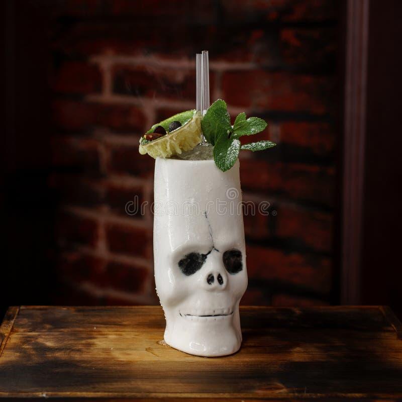 Очень вкусный спиртной коктейль с мятой в череп-кружке стоковая фотография rf