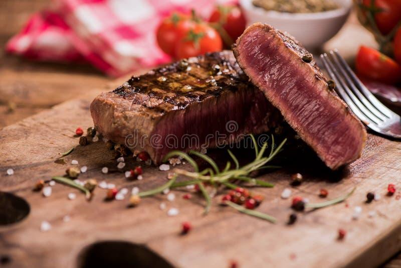 Очень вкусный стейк говядины на деревянном столе стоковая фотография