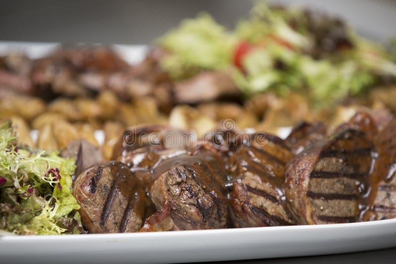 Очень вкусный стейк говядины на деревянном столе, конце-вверх стоковая фотография rf