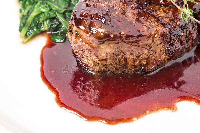 Очень вкусный стейк mignon филе с мангольдом стоковые изображения rf