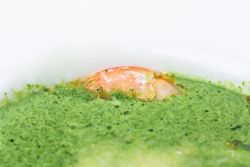 Очень вкусный суп сливк шпината с креветками стоковые фото