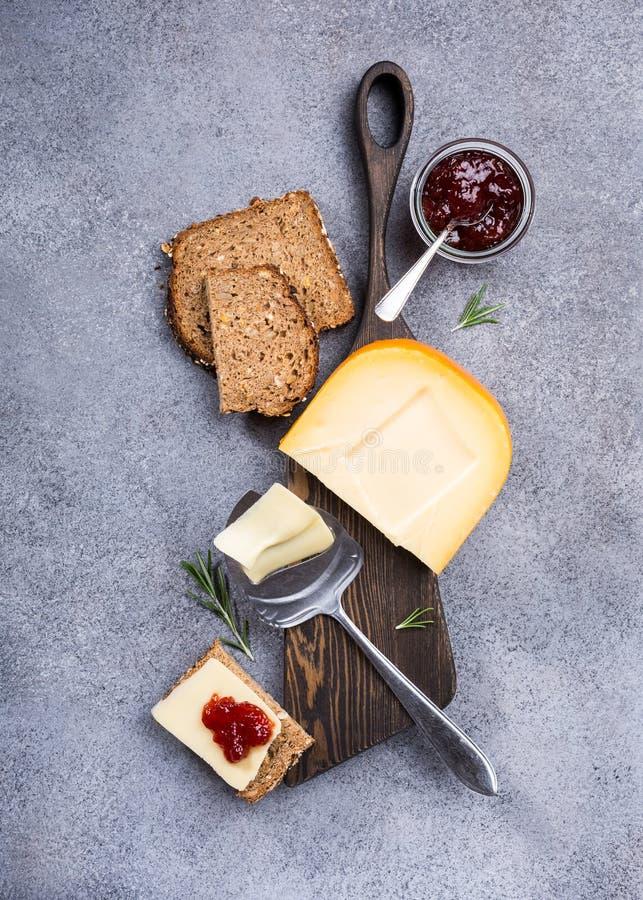 Очень вкусный сыр гауда стоковое фото
