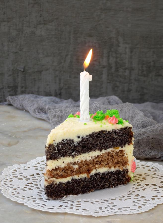 Очень вкусный торт мака с печеньем гайки и сливк сыра на светлой предпосылке день рождения счастливый скопируйте космос стоковые фото