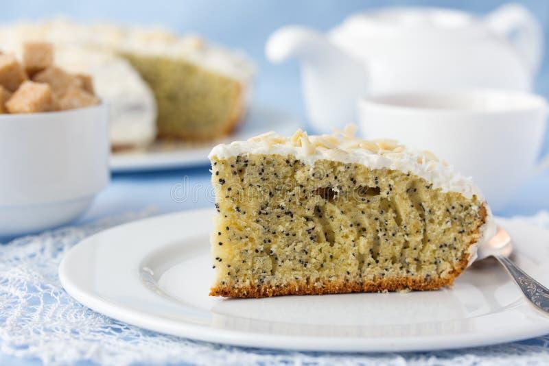 Очень вкусный торт макового семенени с чашкой чаю на таблице стоковое фото