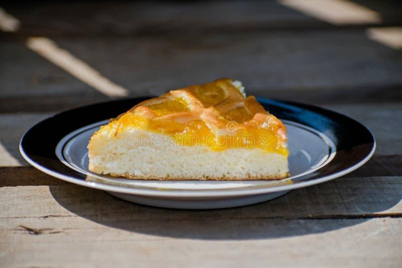 Очень вкусный торт с вареньем абрикоса на плите Crostata с завалкой варенья мармелада или персика Десерт Homemadepie с вареньем о стоковое изображение rf